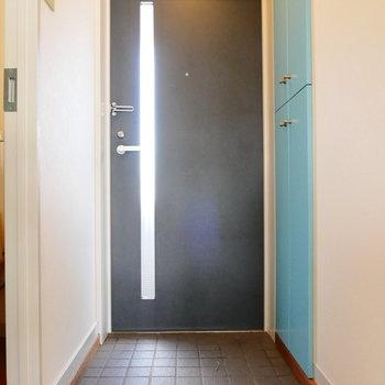 玄関ドアからも光入りますね。