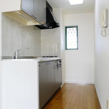 キッチンの奥にも小窓ありますね。冷蔵庫置くスペースもあるゆとり。