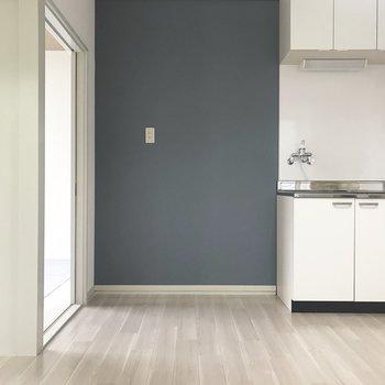 キッチン側の壁は青色〜!