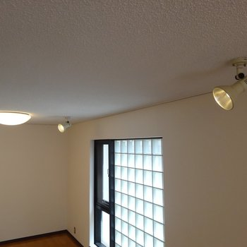 シーリングライト×2と可動スポットライト×3です ※写真は2階の同間取り別部屋です。