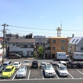目の前は駐車場です※写真は3階の同間取り別部屋です