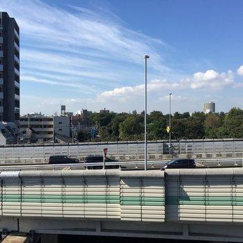 眺望はこちら。目の前は首都高です。※写真は6階からの眺望です。