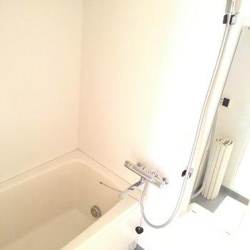 お風呂はコンパクトに。※写真は6階、同間取りの別部屋です。