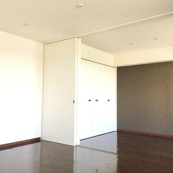 茶色のアクセントクロスがかわいいお部屋です。※写真は6階、同間取りの別部屋です。