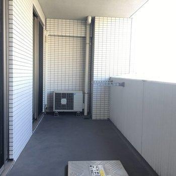 バルコニーはゆったり。洗濯物も安心して干せますね。※写真は6階、同間取りの別部屋です。