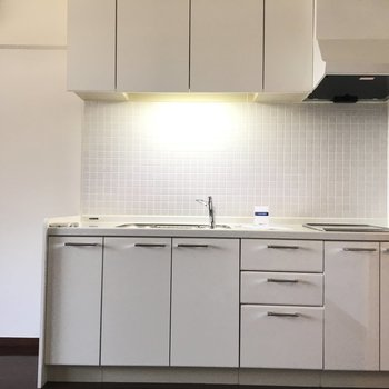 キッチンは収納たっぷり!!※写真は6階、同間取りの別部屋です。