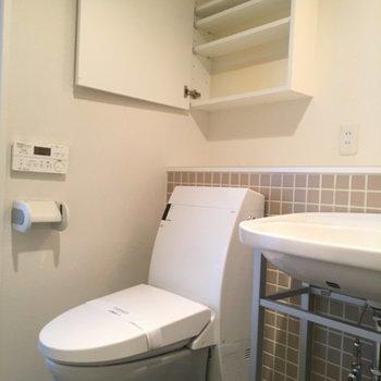 トイレの上にも収納があるのは嬉しいですね!※写真は6階、同間取りの別部屋です。