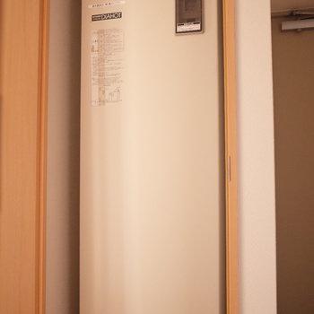 扉を開けたら電気温水器が入ってました!(※写真は同じ間取りの9階のお部屋です。)