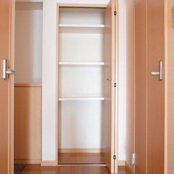 廊下の収納棚って重宝しますよね。(※写真は同じ間取りの9階のお部屋です。)