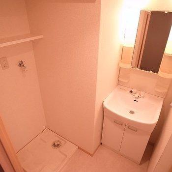洗濯機置き場の上の棚が嬉しいポイント。(※写真は同じ間取りの9階のお部屋です。)