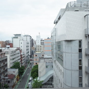 眺望。通りが見えていいですよね。(※写真は同じ間取りの9階のお部屋です。)