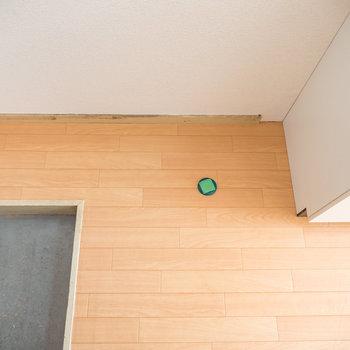 玄関前に、洗濯機置場。※リフォーム工事中のため、防水パンはまだ設置されていません※写真は1階の同間取り別部屋のものです