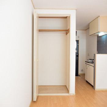 収納スペース。高さもあるので長めのコートもかけられますね!※写真は1階の同間取り別部屋のものです