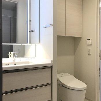 ホテルライクな洗面台※写真は6階の反転間取り別部屋のものです。