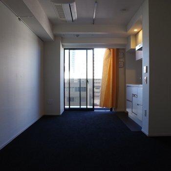 窓からの自然光※写真は6階の反転間取り別部屋のものです。
