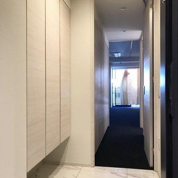 玄関から※写真は6階の反転間取り別部屋のものです。