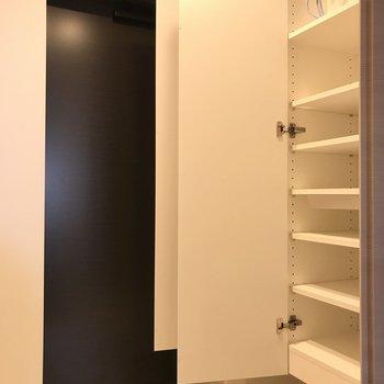 下駄箱も※写真は6階の反転間取り別部屋のものです。