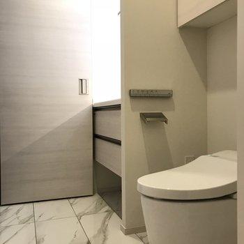 ウォシュレット付きトイレ※写真は6階の反転間取り別部屋のものです。