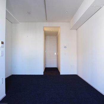 反対側からベッドはあそこに※写真は6階の反転間取り別部屋のものです。