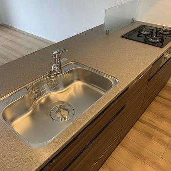 【LDK】シンクもコンロも調理場も、料理好きに嬉しい設計です。※写真は4階の同間取り別部屋のものです