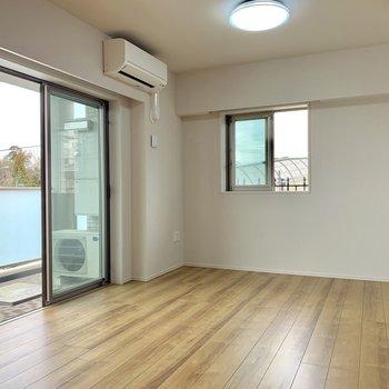 【LDK】窓を開ければ新鮮な空気がふんだんに。※写真は4階の同間取り別部屋のものです