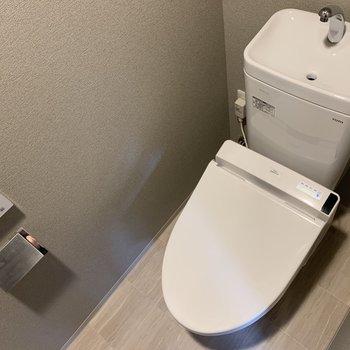 トイレはもちろん温水便座つき。※写真は4階の同間取り別部屋のものです
