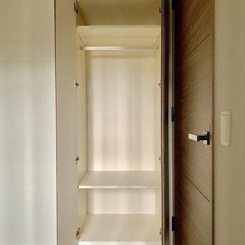 【4.2帖】こんなところにも収納が。寝具や夜読む本を。※写真は4階の同間取り別部屋のものです