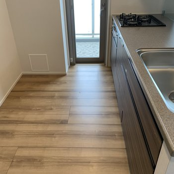 【LDK】冷蔵庫の他にラックを設けて、電子レンジやホームベーカリーを。※写真は4階の同間取り別部屋のものです