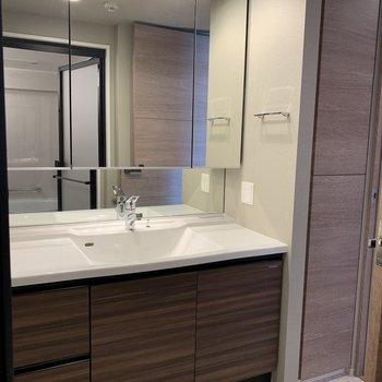 鏡が大きくて、忙しい朝も大助かり。※写真は4階の同間取り別部屋のものです