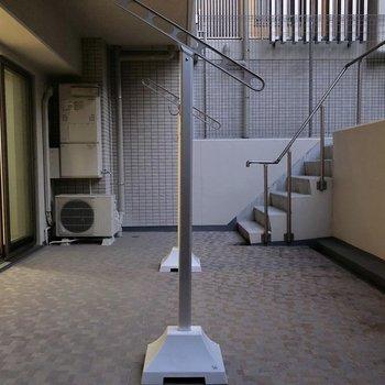 物干し竿は持参しましょう。※写真は1階同間取りの別部屋のものです