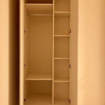 【洋室4.5帖】右側は小物入れとして使えますね〜※写真は1階同間取りの別部屋のものです