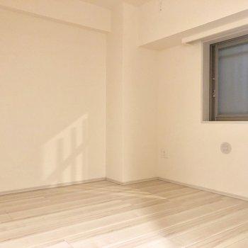 【洋室6帖】優しい色合いですね〜※写真は1階同間取りの別部屋のものです