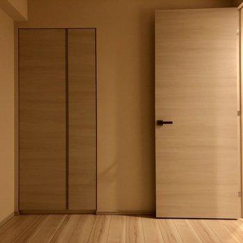 【洋室4.5帖】おや、ここにもクローゼットが。※写真は1階同間取りの別部屋のものです