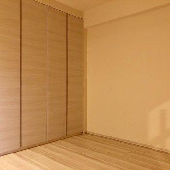 【洋室6帖】クローゼットの開閉を考えたインテリアの配置をしましょう。※写真は1階同間取りの別部屋のものです