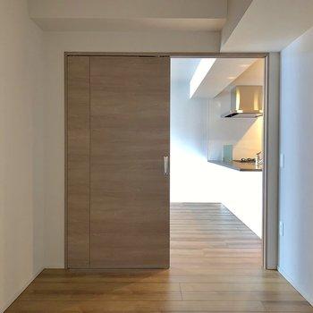 【キッチン側5帖】こちらは窓がありません。※写真は4階の同間取り別部屋のものです。