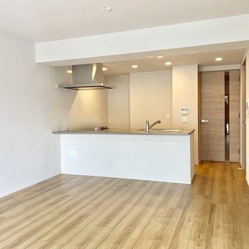 【LDK】木目と白がいい組み合わせですね※写真は4階の同間取り別部屋のものです。