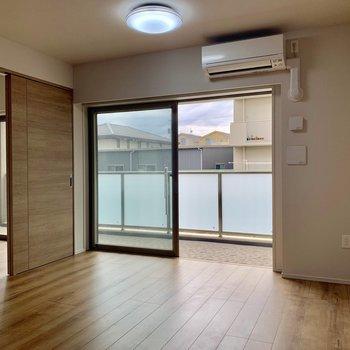 【LDK】日中は照明いらず。※写真は4階の同間取り別部屋のものです。