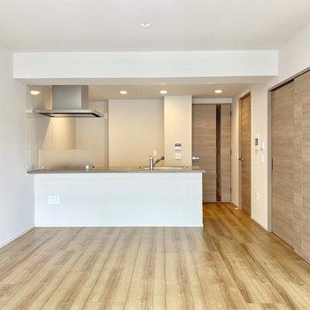 【LDK】ダイニングテーブルを置けそう。※写真は4階の同間取り別部屋のものです。