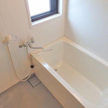 お風呂には小窓。 ※写真は同間取り別部屋