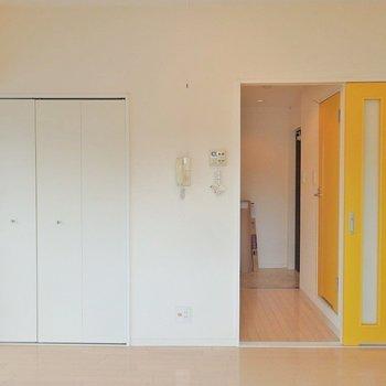 黄色のスライドドアがアクセント。 ※写真は同間取り別部屋
