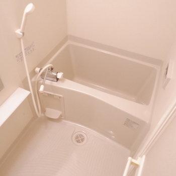 お風呂もひとり暮らしには十分♪※写真は1階の同間取り別部屋のものです