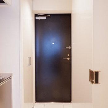 タイル張り玄関明るい!※写真は1階の同間取り別部屋のものです