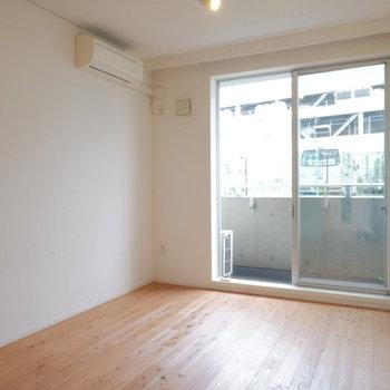 無垢床がとにかく良いです♪※写真は1階の同間取り別部屋のものです