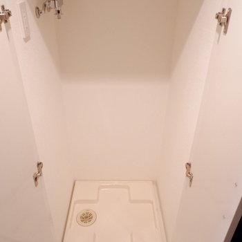 洗濯機置場は扉で隠せます。※写真は1階の同間取り別部屋のものです
