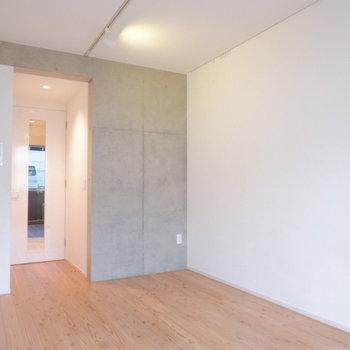 一部コンクリート壁が良いですね。※写真は1階の同間取り別部屋のものです