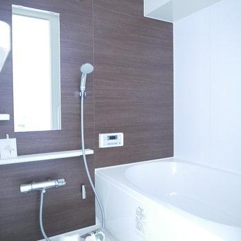 落ち着いたブラウンの浴室