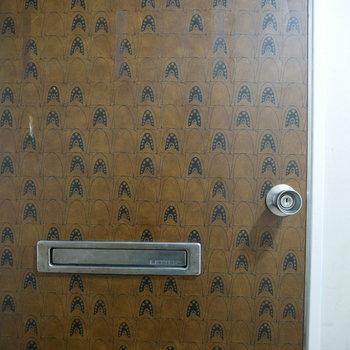 渋い玄関扉!ギャップも面白い。
