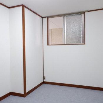 洋室にも窓あります。