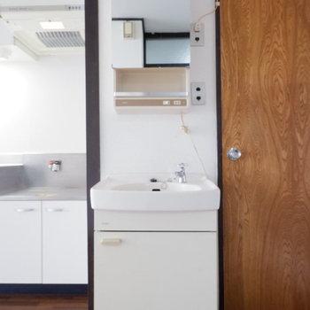 独立洗面台はキッチン横にあります。