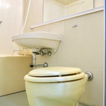 変わった形のトイレ※写真は同間取り別部屋のものです。